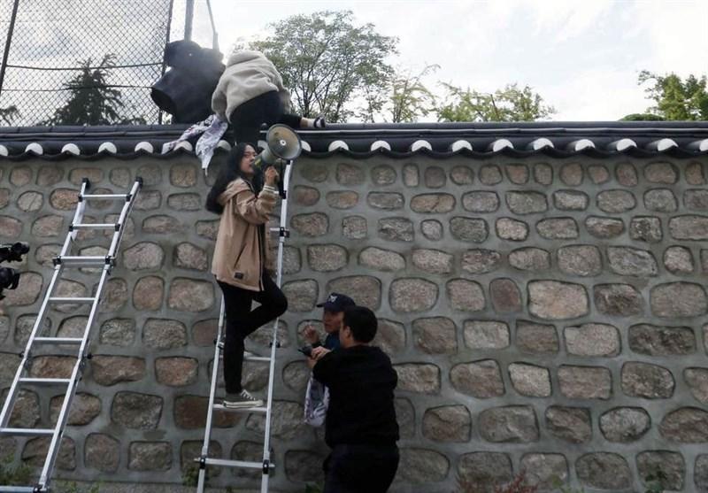 درخواست بازداشت دانشجویان کره ای که از اقامتگاه سفیر آمریکا بالا رفتند