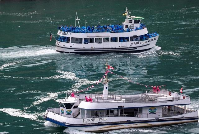 آبشار نیاگارا، قایق های خالی کانادا و قایق های مملو از جمعیت آمریکا