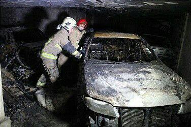 آتش دریافت 4 خودرو در پارکینگ مسکونی