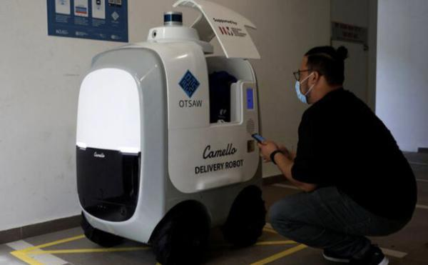 ربات های سنگاپوری شیر و تخم مرغ به در خانه ها می برند