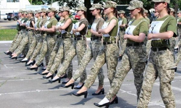 رژه با کفش پاشنه بلند، نمایشی جنجال آفرین در اوکراین